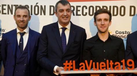 Javier Guillén (c), junto a Alejandro Valverde (i) y Simon Yates (d).