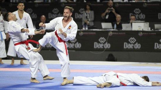Sergio Galán, a la derecha, simulando un KO con el equipo de kata...
