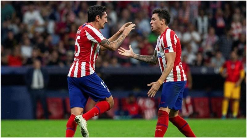 Savic y Giménez se felicitan en un partido del Atlético