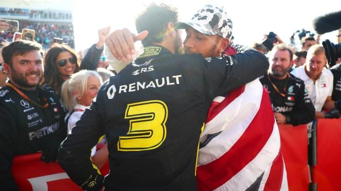 Ricciardo congratulates the hexacampe
