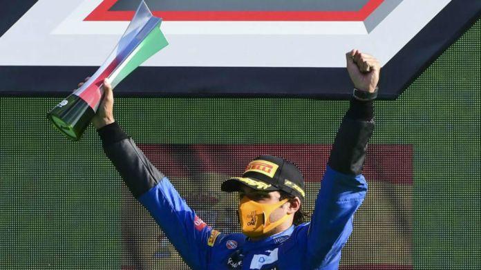 Carlos Sainz celebra  el segundo puesto en el Gran Premio de Italia...