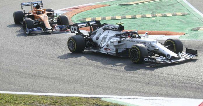 Gasly, defendiéndose de Sainz en la última vuelta del Gran Premio de...