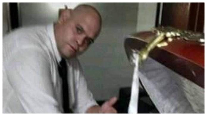 L'employé du salon funéraire photographié avec Maradona.