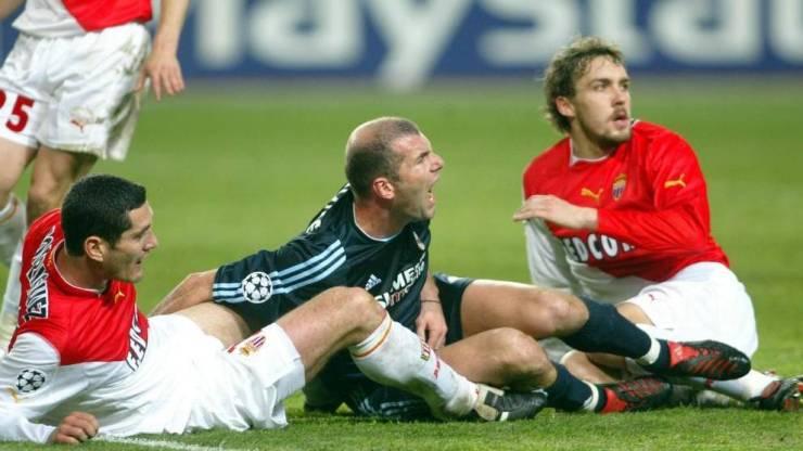 Zidane cae ante dos defensas en el M