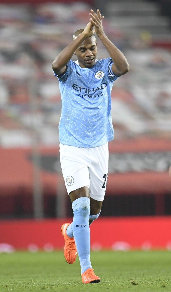 Manchester (Mbretëria e Bashkuar), 06/01 / 2021.- lt; HIT gt; Fernandinho lt; / HIT gt;  i Manchester City feston shënimin e golit të dytë të ekipeve të tij gjatë ndeshjes gjysmëfinale të futbollit të Kupës Angleze Carabao midis Manchester United vs Manchester City në Manchester, Britani, 06 Janar 2021. (Reino Unido) EFE / EPA / Peter Powell / PERDORIM VETYM EDITORIALE PILE.  Mos përdorni me audio, video, të dhëna, lista të pajisjeve të paautorizuara, logot e klubeve / ligave ose shërbime të drejtpërdrejta.  Përdorimi online në ndeshje kufizohet në 120 imazhe, pa imitim video.  Nuk përdoret në bast, lojëra ose botime të vetme të klubit / ligës / lojtarëve