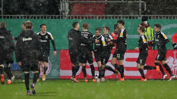 Lojtarët e Kiel në rrëmbime pas fitores.