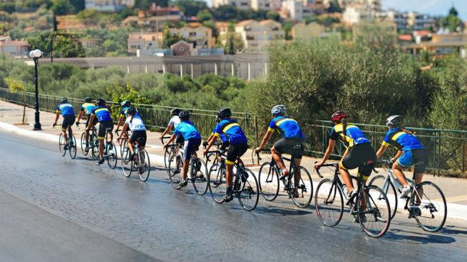 Un grupo de ciclistas circula en paralelo por una v