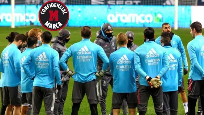 Zidane duke biseduar me lojtarët e tij