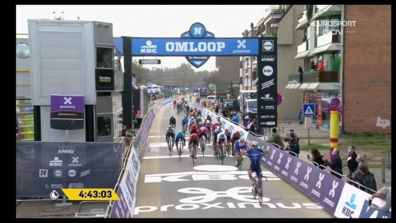 Ciclismo: Davide Ballerini se lleva la primera clásica, la Omloop |  Marca.com