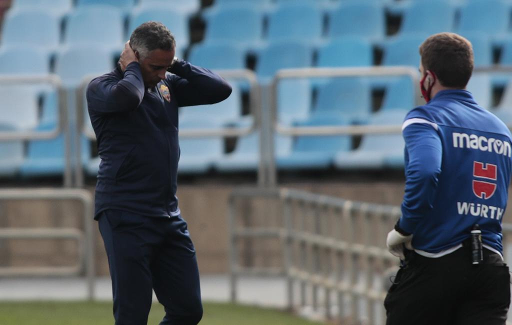 José Gomes laments during yesterday's game at La Romareda