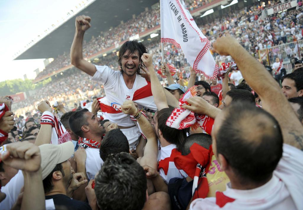 Pachón, author of the promotion goal, is carried away by the fans