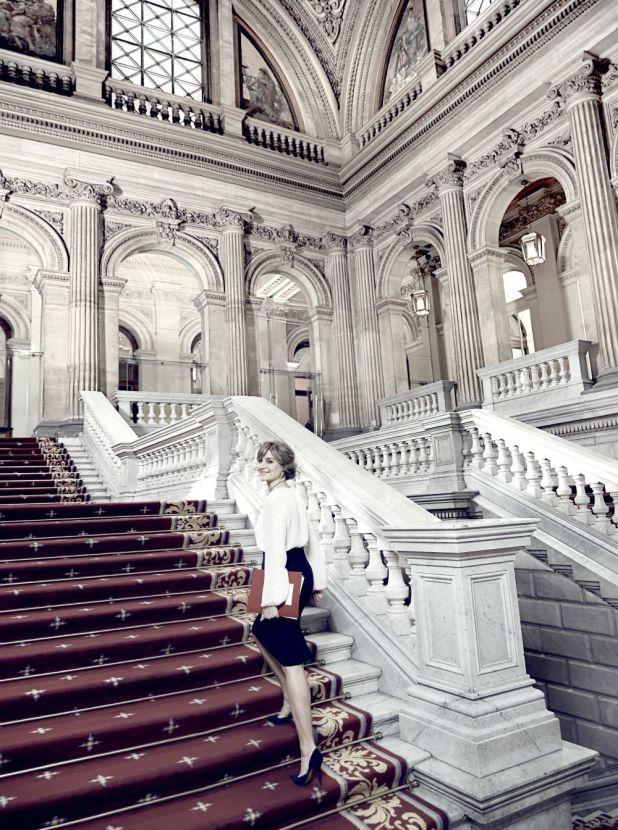 La ministra subiendo la fabulosa Escalera Imperial del Palacio de...