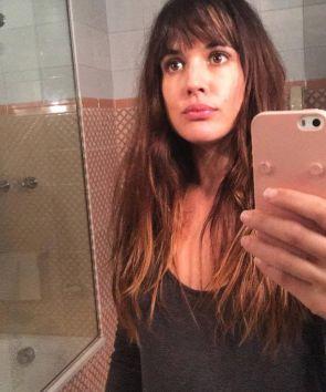 Adriana Ugarte acaba de cambiar de look con un flequillo postizo.