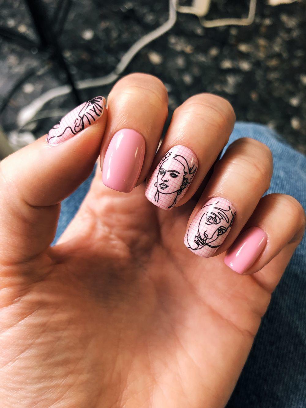 Manicura rusa con nail art en rosa y motivos artísticos con Frida...