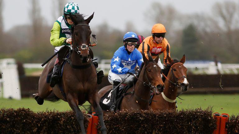 Sam Twiston-Davies riding Clan Des Obeaux