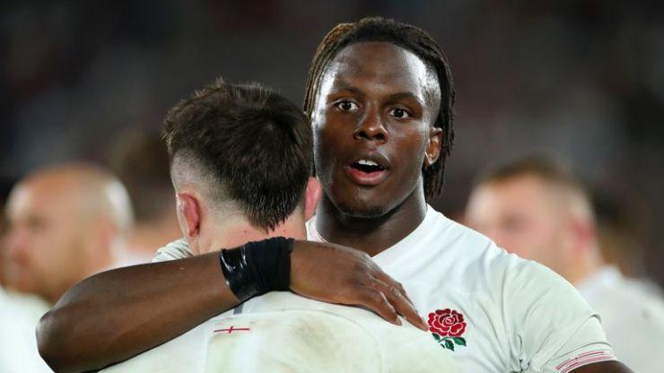 Maro Itoje abraza a Tom Curry luego de la derrota de Inglaterra ante Sudáfrica