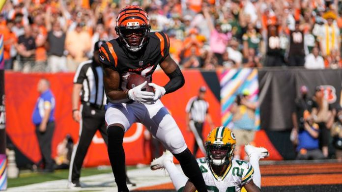 Tee Higgins completes a two-point conversion after a Joe Mixon touchdown for the Cincinnati Bengals to level the game at 22-22 against the Green Bay Packers