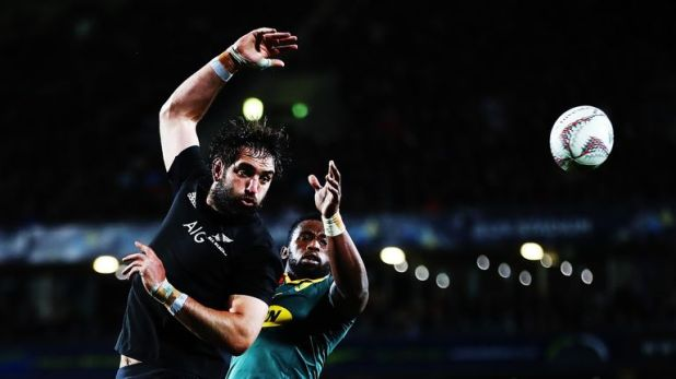 Sam Whitelock and Siya Kolisi compete for the ball at the lineout