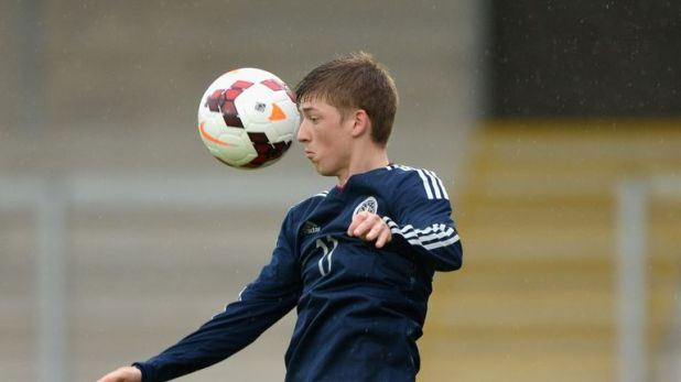 Ryan Gauld has completed a return to Scottish football after joining Hibernian on loan