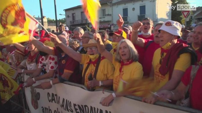 Catalans Dragons received a hero's welcome in Perpignan ahead of their Super League semi-final with Hull KR.