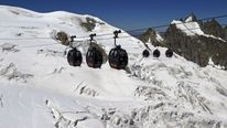 Each cable car has four passengers, and they were travelling at an altitude of 3,800m