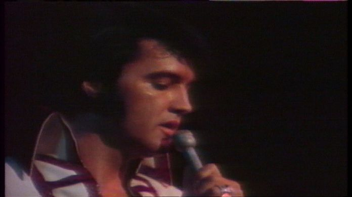 Elvis singing on stage. The King who never really died The King who never really died 1490a3503f5e3a6a48def07d45d0a9f153ad01f8fd91aabae210358070635197 4074958