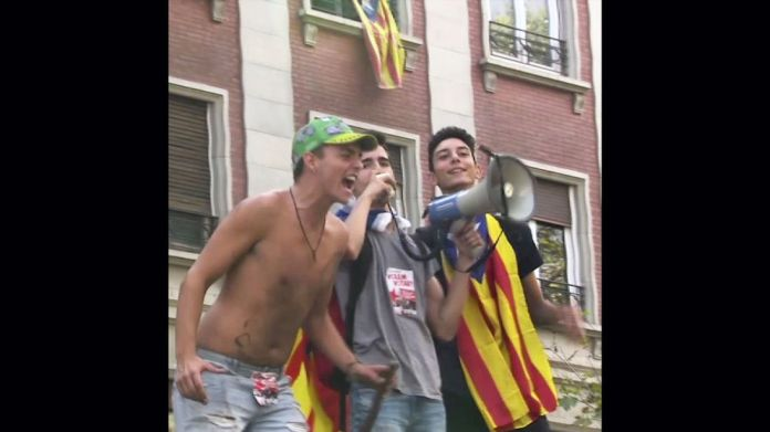 Catalonia independence supporters Spain threatens to remove Catalan autonomy over independence Spain threatens to remove Catalan autonomy over independence skynews catalonia protesters 4127671