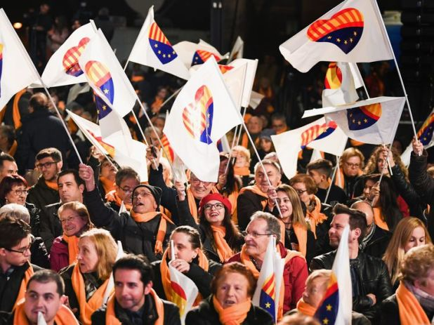 BARCELONA, SPAIN - DECEMBER 19: Members of the Citizens party hold their closing election rally ahead of the forthcoming Catalan parliamentary election on December 19, 2017 in Barcelona, ÜÜSpain. Catalonians will head to the polls on December 21, in an election set to replace or re-elect the deposed separatist leaders whose secession bid plunged Spain into its worst political crisis in decades. (Photo by Jeff J Mitchell/Getty Images)