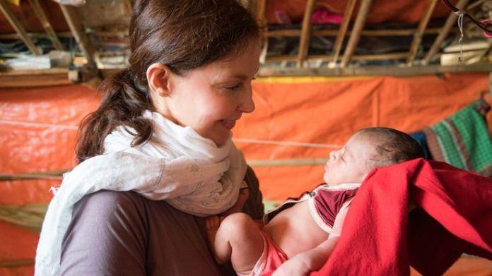 Ashley Judd with Rohingya refugees Ashley Judd's diary of life in a Rohingya camp Ashley Judd's diary of life in a Rohingya camp skynews rohingya ashley judd 4238023