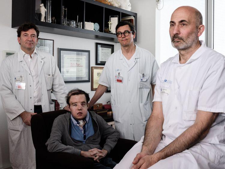 Le professeur de médecine française Laurent Lantieri (à droite) avec les membres de son équipe et le patient Jerome Hamon