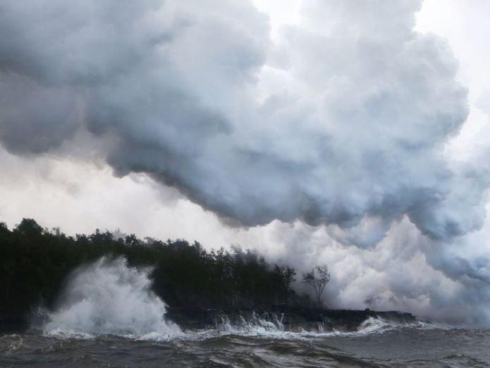 A toxic steam plume filled with shards of volcanic glass rises from the Pacific Ocean as lava hits the water Hawaii's Kilauea volcano spews toxic glass cloud as lava reaches ocean Hawaii's Kilauea volcano spews toxic glass cloud as lava reaches ocean skynews hawaii volcano kilauea 4316316