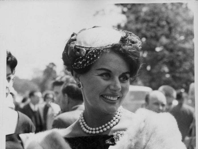 Actress Eunice Gayson, wearing a fur stole and a hat, arriving at Ascot Racecourse, England, June 15th 1960. (Photo by Edward Miller/Keystone/Getty Images)  First Bond girl Eunice Gayson dies aged 90 First Bond girl Eunice Gayson dies aged 90 skynews eunice gayson bond 4331840