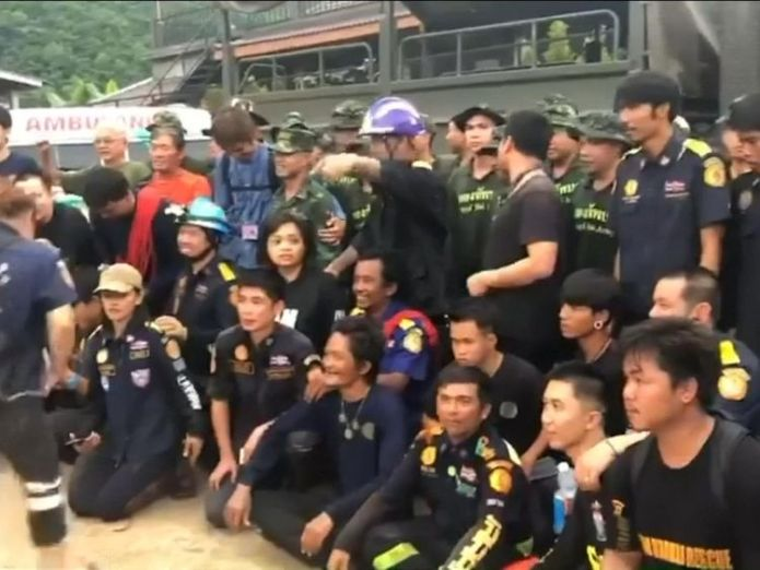 The team celebrate after 18 days since discovering the the trapped team   Boys 'doing well' after spending night in hospital skynews navy seals thailand 4358751