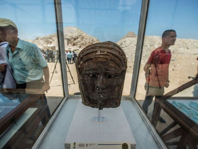 A picture taken on July 14, 2018 shows a gilded silver mummy mask found on the face of the mummy of the second priest of Mut on display in front of the step pyramid of Saqqara, south of the Egyptian capital Cairo. - The Egyptien Minister of Antiquities announced the excavation of a mummification workshop discovered along with a communal burial place, consisting of several burial chambers. The work is being carried out south of the King Unas Pyramid in Saqqara by an Egyptian-German mission. (Phot  Ancient Egyptian mummification workshop discovered skynews silver mummy mask egypt 4362052