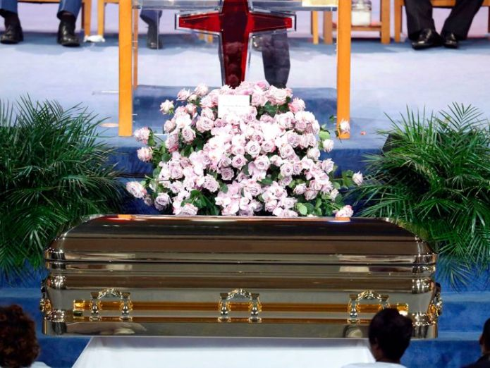Flowers sit atop the casket at the funeral service for Aretha Franklin   Aretha Franklin's family criticise 'distasteful' eulogy at Queen of Soul's funeral skynews aretha franklin aretha 4407362