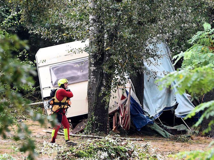 Ein Retter geht vor einer beschädigten Karawane in Südfrankreich
