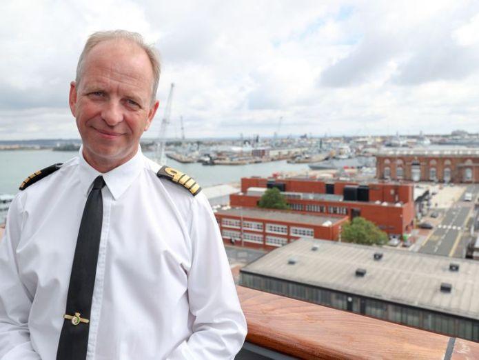 Der Kommandeur der HMS Queen Elizabeth, Captain Jerry Kyd, ist an Bord, um die letzten Vorbereitungen zu treffen, bevor sie sich auf den Weg in die USA macht, um zum ersten Mal Flugversuche mit der F35B zu machen