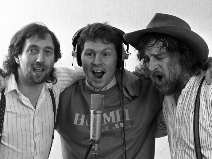 """Spur's Clive Allen (centre) gets vocal support in 1987 from Spur's fan Chas (right) and Dave during the recording of the team's new single """"Hot Shot Tottenham""""  Chas & Dave singer Chas Hodges dies aged 74 skynews chas dave 4429639"""
