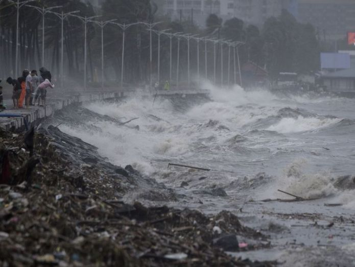 Strong waves in Manila caused by Typhoon Mangkhut  Philippines lashed by winds of more than 100mph skynews manila typhoon mangkhut 4421237