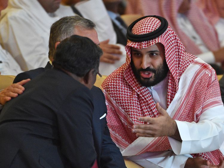 Saudi Crown Prince Mohammed bin Salman talks to Jordan's King Abdullah II (L) during the Future Investment Initiative FII conference in the Saudi capital Riyadh on October 23, 2018. - Saudi Arabia is hosting the key investment summit overshadowed by the killing of critic Jamal Khashoggi that has prompted a wave of policymakers and corporate giants to withdraw