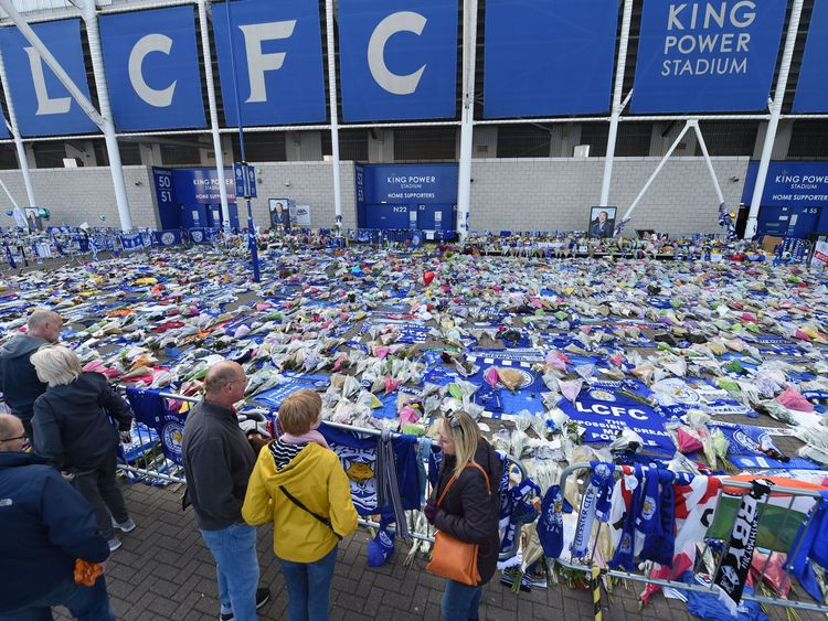 During the tributes, which were gathered on 31 October 2018 in front of the King Power Stadium of the Leicester City Football Club in Leicester in the east of England, the visitors take a break