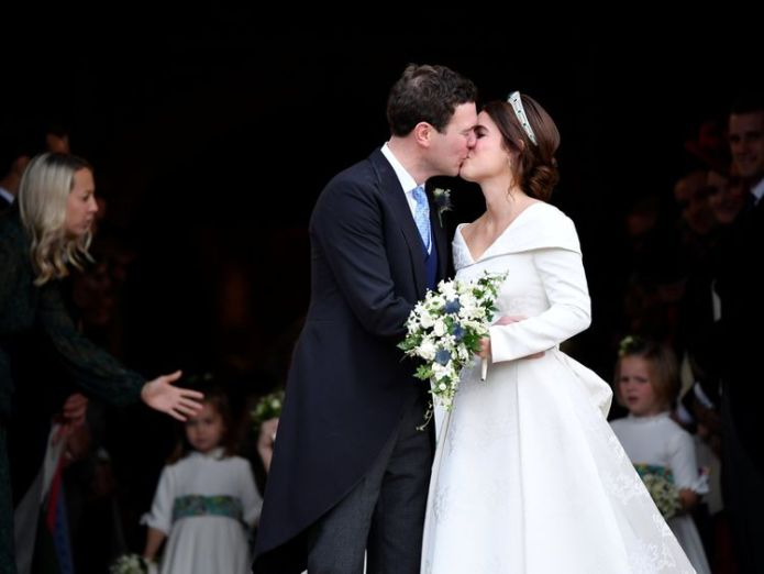Princess Eugenie and Jack Brooksbank kiss   Robbie Williams entertains royal wedding guests with surprise performance skynews princess eugenie jack brooksbank kiss 4451024