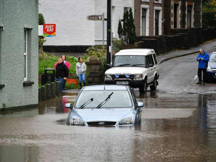 Une voiture est bloquée dans les eaux de crue à Tonna, près d'Aberdulais, dans le sud du Pays de Galles.