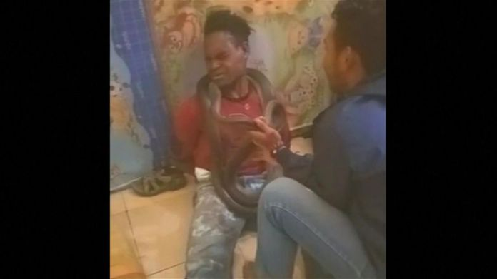 Der Verdächtige wurde während des Verhörs auf dem Boden zusammenzucken und zusammenzucken gesehen
