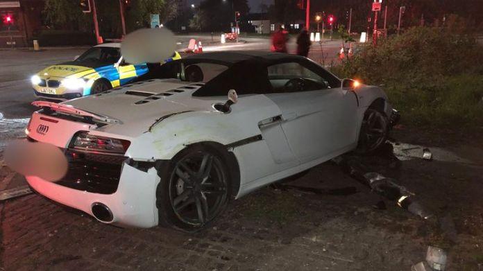 El conductor de un auto # 130,000 huyó después de perder el control y estrellarse contra varios objetos en Stretford. Crédito: @GMP Traffic