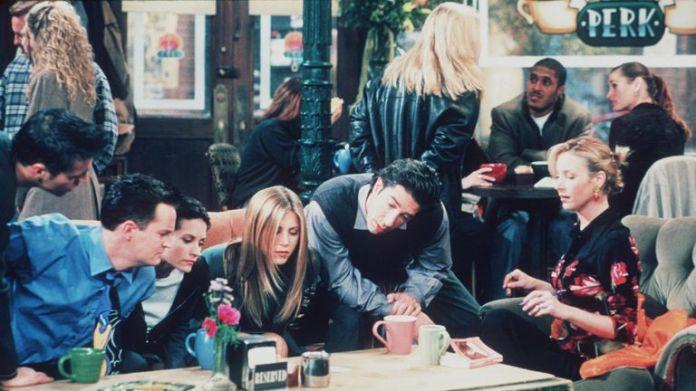 (L-R): Matthew Perry (Chandler), Courteney Cox (Monica), Jennifer Aniston (Rachel), David Schwimmer (Ross) and Lisa Kudrow (Phoebe) in Friends