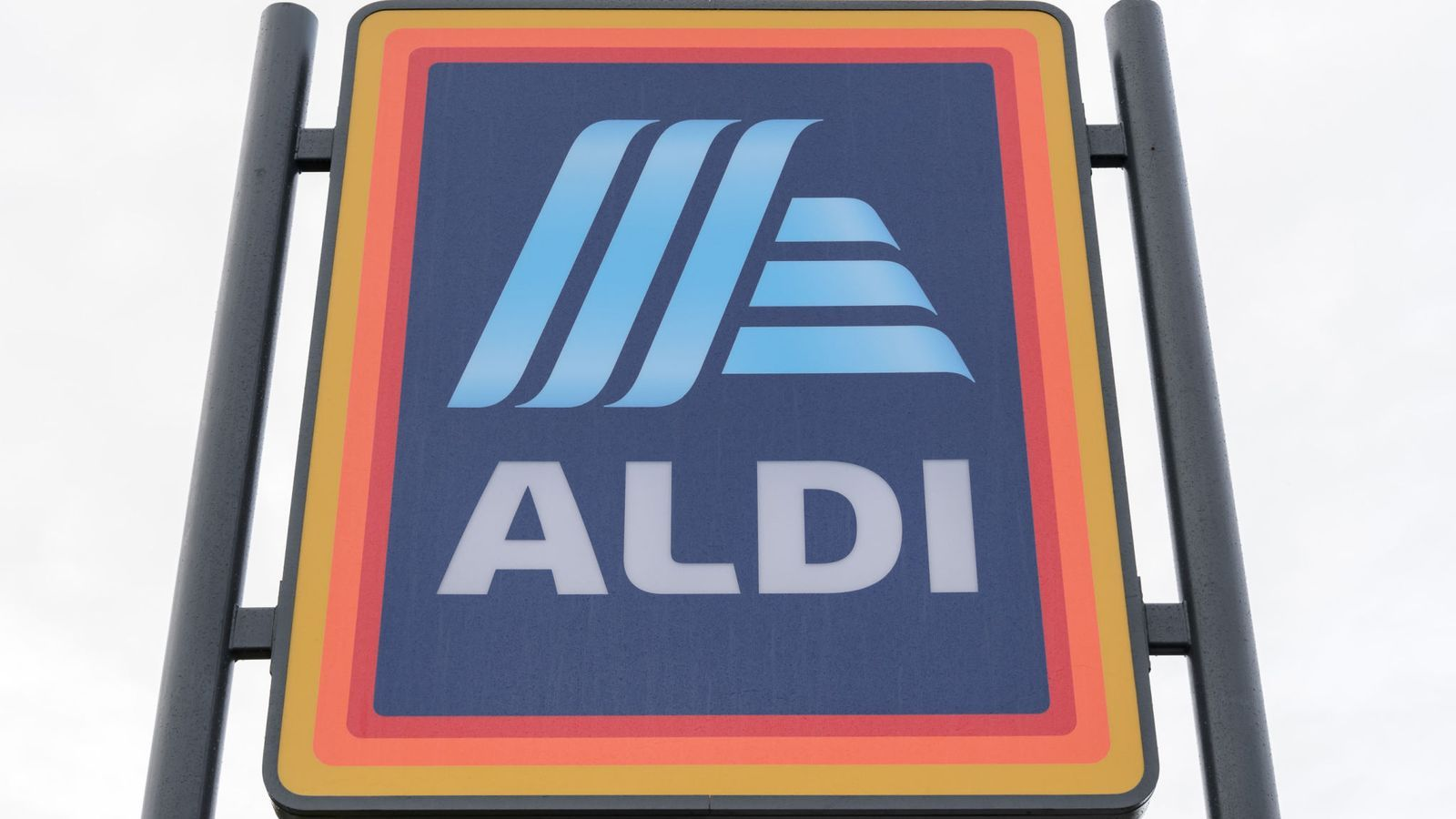 Aldi to increase employee pay and hire 3,800 additional workers | Business news