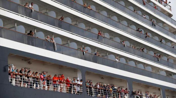 Passagiere der MS Westerdam schwenkten ihre Handtücher, bevor sie in Kambodscha ausstiegen