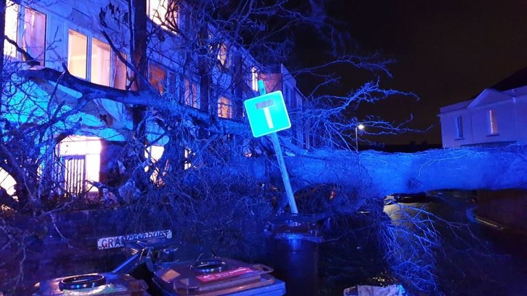 A fallen tree in Hanham that has struck a block of flats, a few casualties with minor injuries being treated (Pic: @AFRSHicksGate)