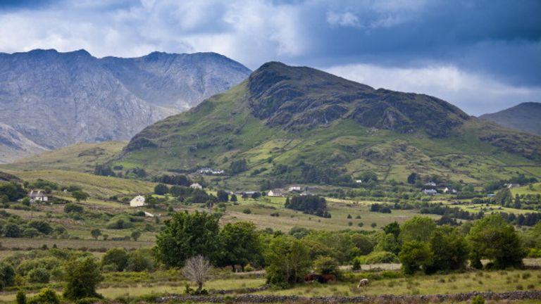 Las montañas Maamturk en Co Galway - Irlanda es uno de los pocos países europeos que los estadounidenses pueden visitar actualmente